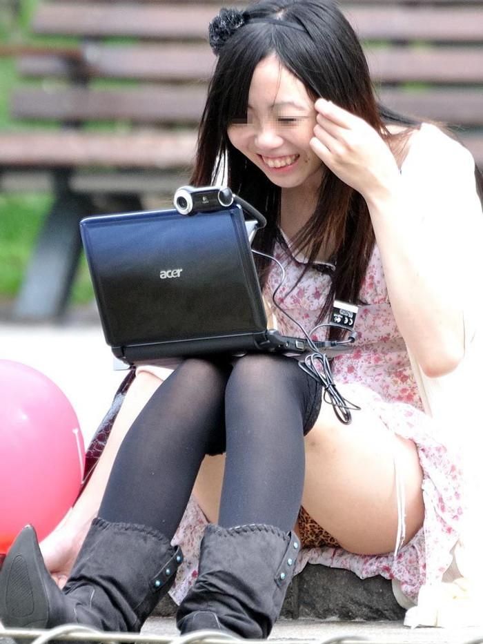 【街撮りパンチラエロ画像】街中で見かけたパンチラ娘にフル勃起必至! 08