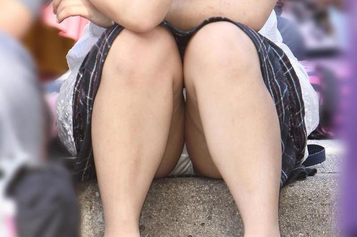 【街撮りパンチラエロ画像】街中で見かけたパンチラ娘にフル勃起必至! 10