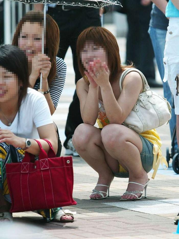 【街撮りパンチラエロ画像】街中で見かけたパンチラ娘にフル勃起必至! 14