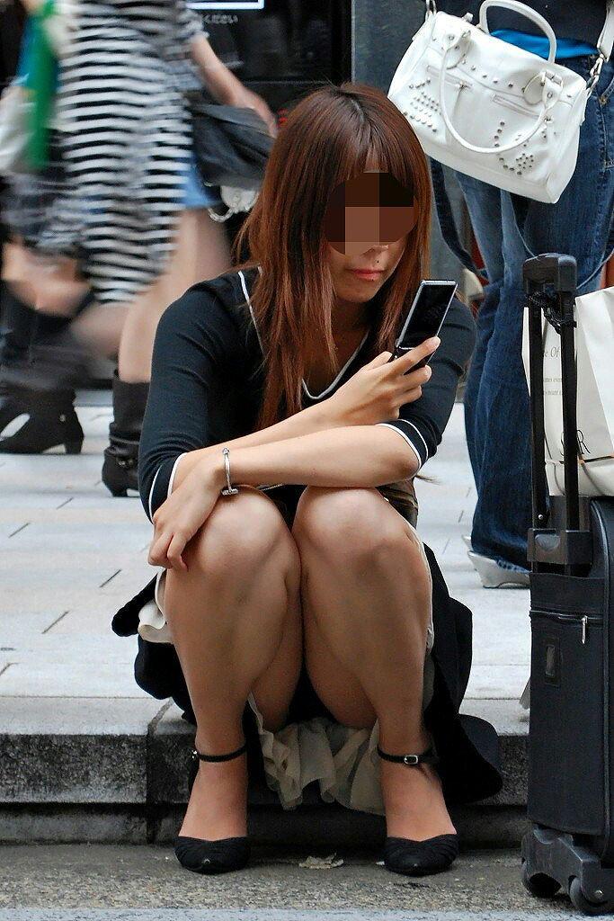 【街撮りパンチラエロ画像】街中で見かけたパンチラ娘にフル勃起必至! 15