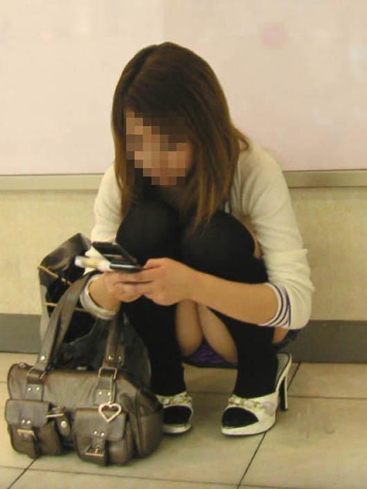 【街撮りパンチラエロ画像】街中で見かけたパンチラ娘にフル勃起必至! 17