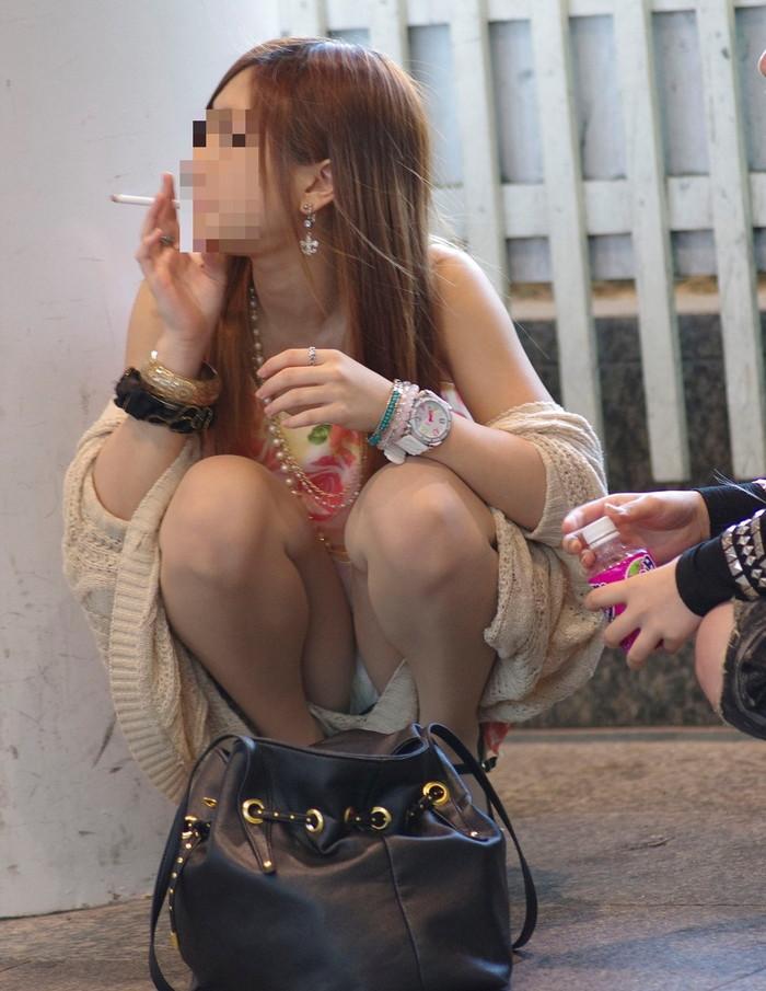 【街撮りパンチラエロ画像】街中で見かけたパンチラ娘にフル勃起必至! 22