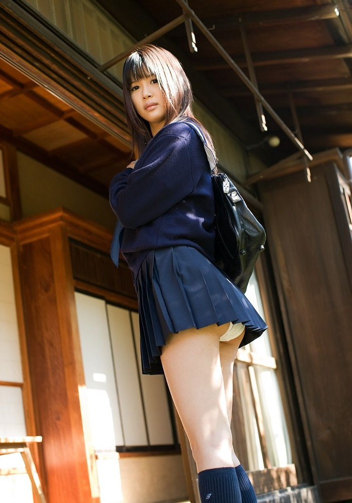【JKコスプレエロ画像】一見するとリアルJK!?JK制服が似合いすぎる女の子たち! 12