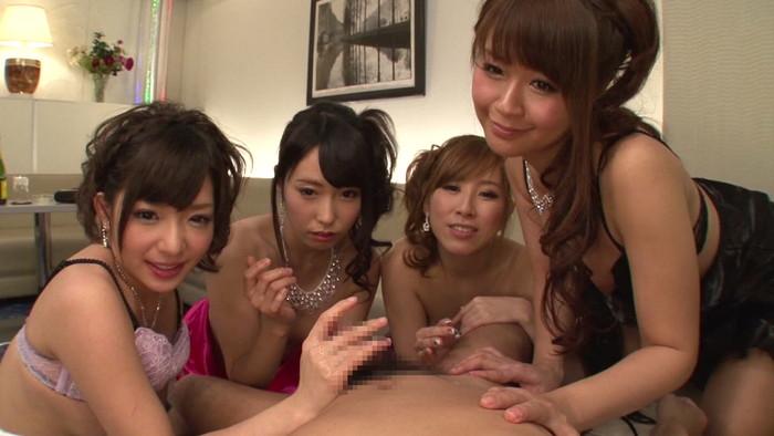 【ハーレムエロ画像】女の子複数人を相手とかうらやまし過ぎるプレイ! 02