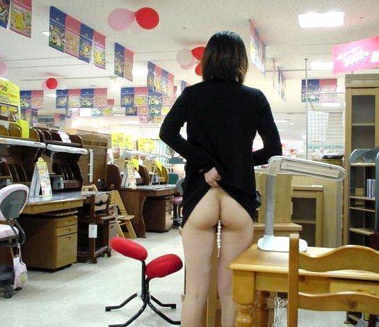 【店内露出エロ画像】営業中の店内での露出プレイ!正気かよ!?www 01