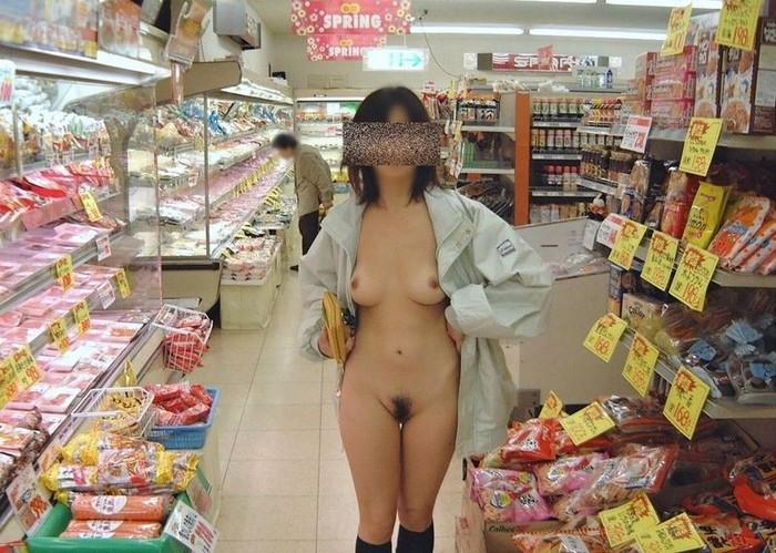 【店内露出エロ画像】営業中の店内での露出プレイ!正気かよ!?www 14