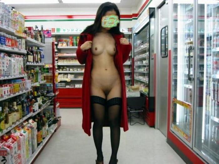 【店内露出エロ画像】営業中の店内での露出プレイ!正気かよ!?www 19
