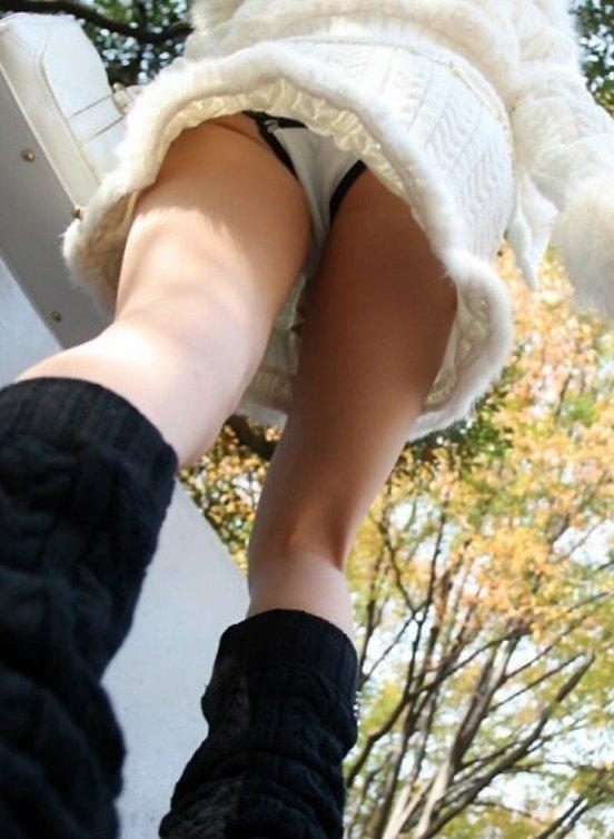【ローアングルエロ画像】ローアングルから見上げた視界に移るものは天国だったww 01
