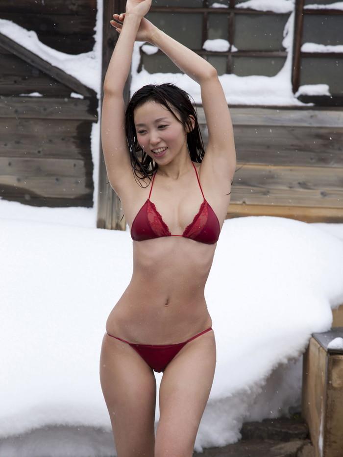 【ビキニエロ画像】露出の高めなビキニ水着!まるで下着じゃないかwww 19