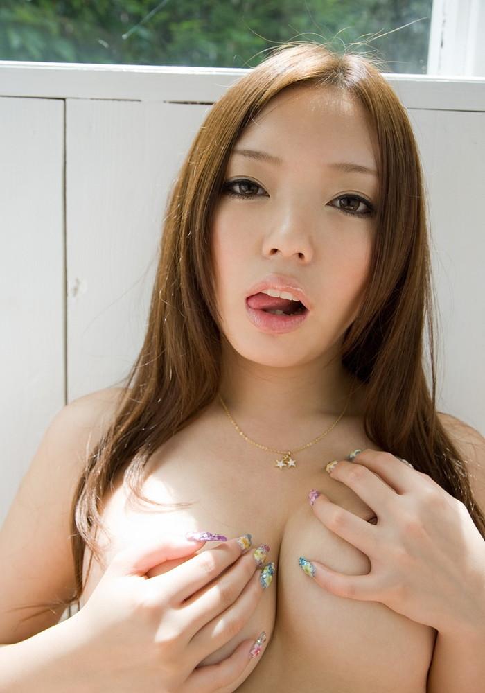 【手ブラエロ画像】こんな感じにおっぱい隠している女って堪らんだろ!? 11