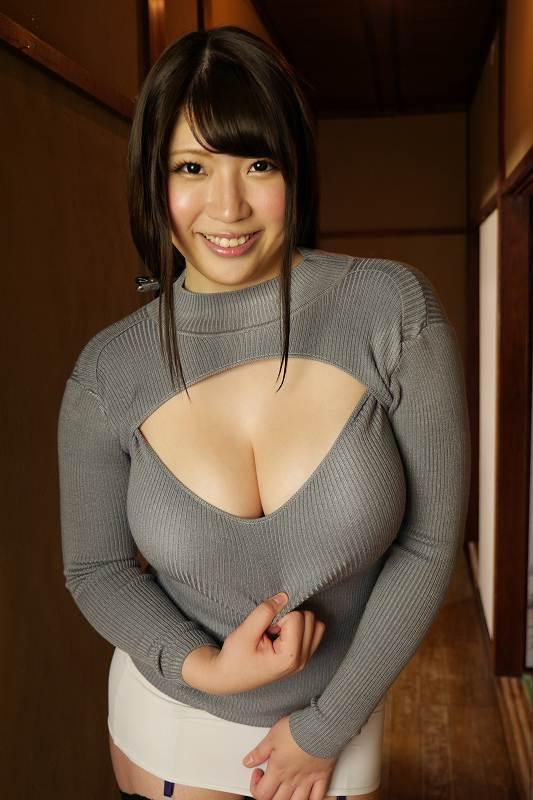 【着衣巨乳エロ画像】着衣を着ていてもこれだけの巨乳は隠しようがない! 22