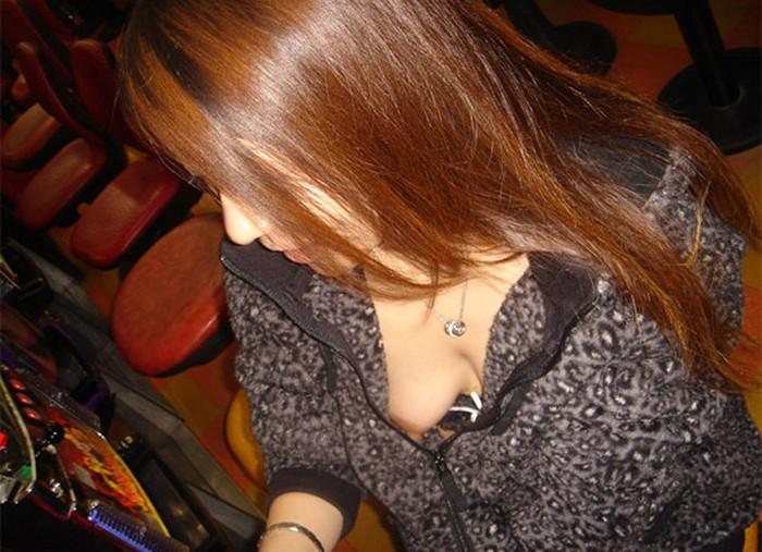 【胸チラエロ画像】女の子の胸元を上から狙ったらこんな写真がとれましたよ?ww 12