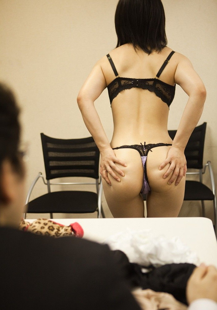 【Tバックエロ画像】やっぱりコレが好き!女の子たちの美尻にTバックパンティー! 08