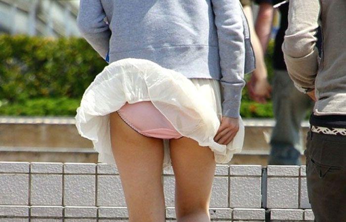 【パンチラエロ画像】突風に舞ったスカート!その瞬間を激写!www