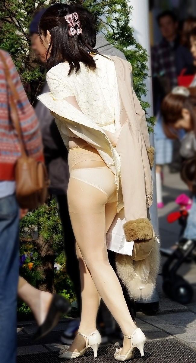 【パンチラエロ画像】突風に舞ったスカート!その瞬間を激写!www 03