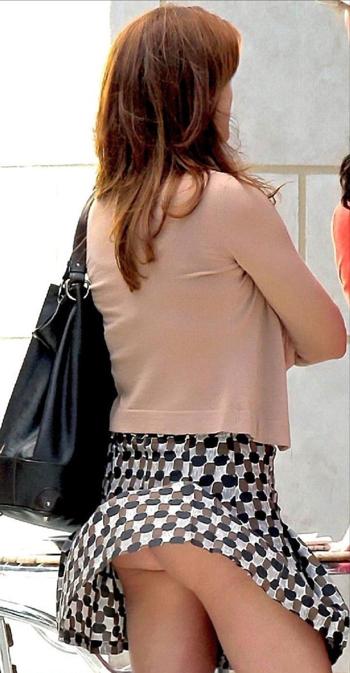【パンチラエロ画像】突風に舞ったスカート!その瞬間を激写!www 07