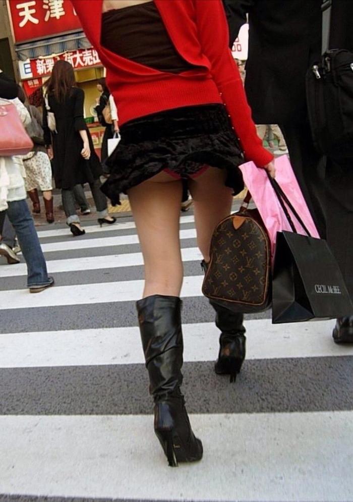【パンチラエロ画像】突風に舞ったスカート!その瞬間を激写!www 17
