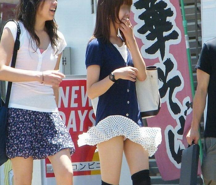 【パンチラエロ画像】突風に舞ったスカート!その瞬間を激写!www 21