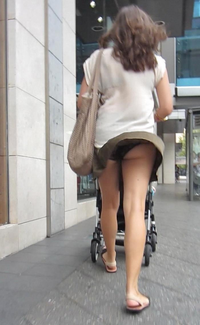 【パンチラエロ画像】突風に舞ったスカート!その瞬間を激写!www 22