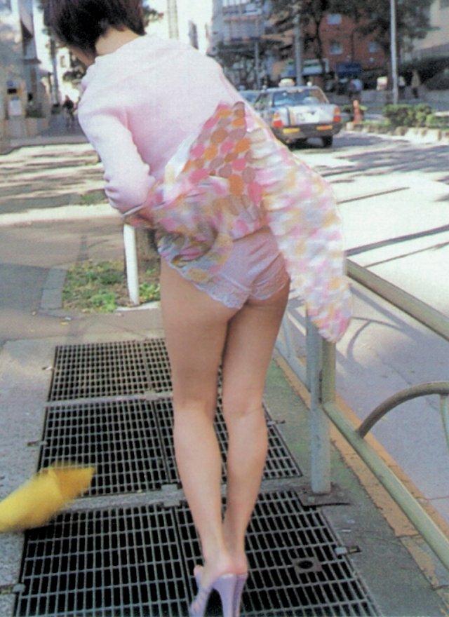 【パンチラエロ画像】突風に舞ったスカート!その瞬間を激写!www 24