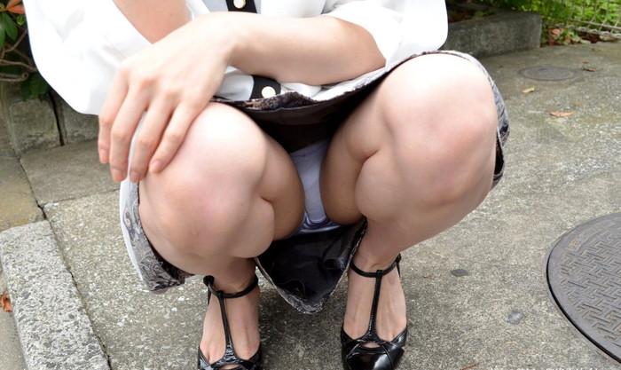 【しゃがみパンチラエロ画像】女の子がしゃがみ込んだときにチラリと見えるパンチラw