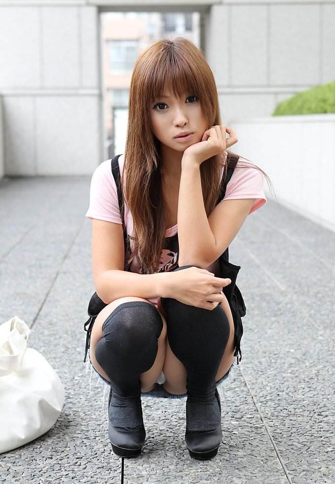 【しゃがみパンチラエロ画像】女の子がしゃがみ込んだときにチラリと見えるパンチラw 03
