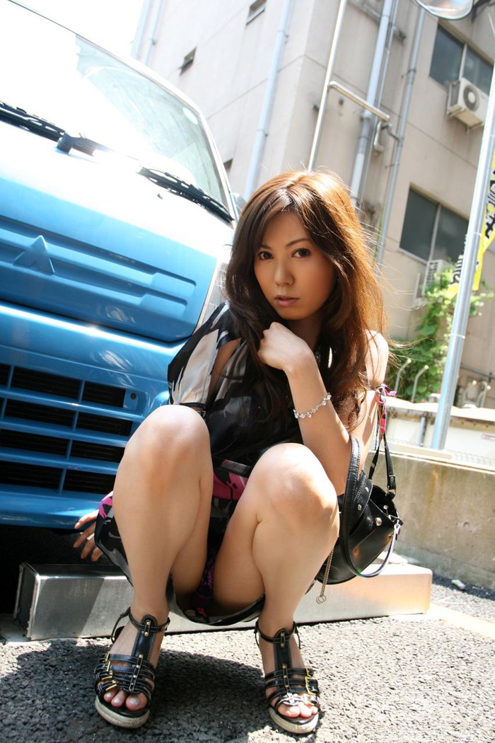 【しゃがみパンチラエロ画像】女の子がしゃがみ込んだときにチラリと見えるパンチラw 07