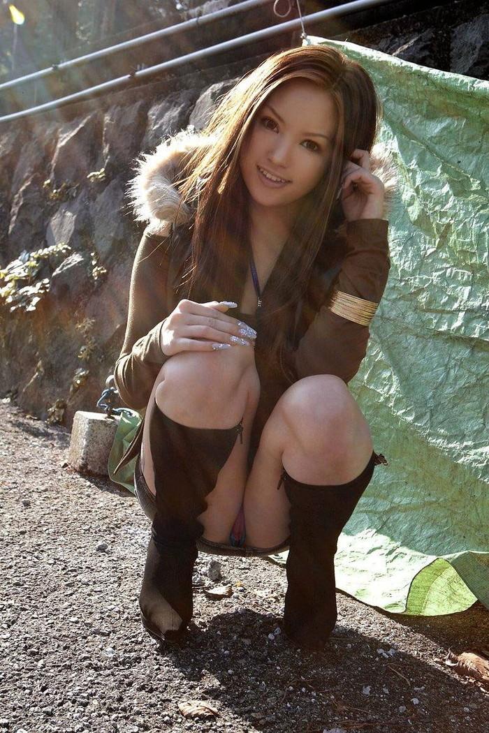 【しゃがみパンチラエロ画像】女の子がしゃがみ込んだときにチラリと見えるパンチラw 17
