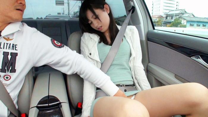 【車内エロ画像】車の中で行われるエロ行為!車内だから安心できる?www