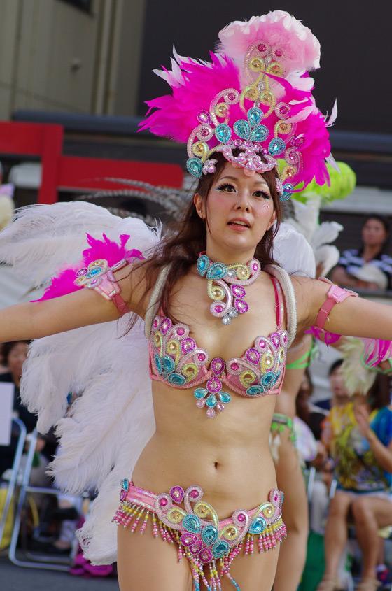 【サンバエロ画像】下着同然の姿で大衆の前で踊りまくる女の子たち! 07