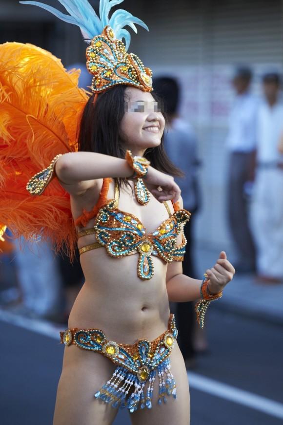 【サンバエロ画像】下着同然の姿で大衆の前で踊りまくる女の子たち! 08