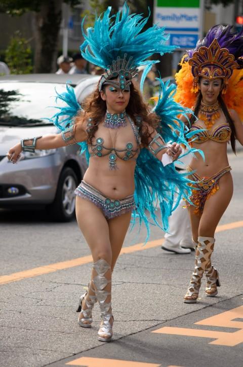 【サンバエロ画像】下着同然の姿で大衆の前で踊りまくる女の子たち! 10