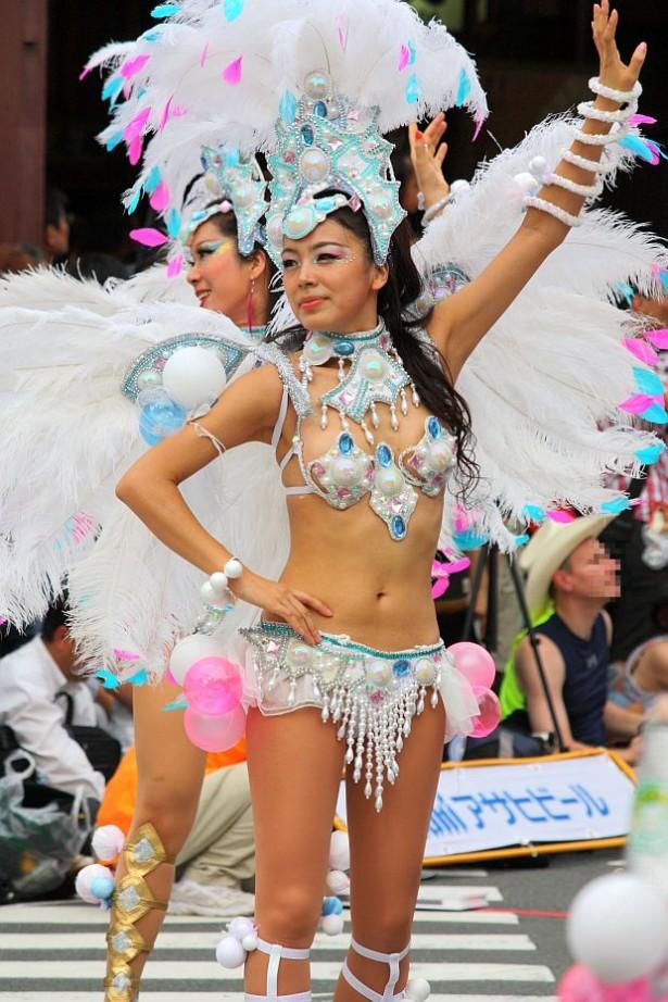 【サンバエロ画像】下着同然の姿で大衆の前で踊りまくる女の子たち! 11