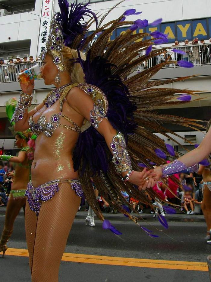 【サンバエロ画像】下着同然の姿で大衆の前で踊りまくる女の子たち! 12