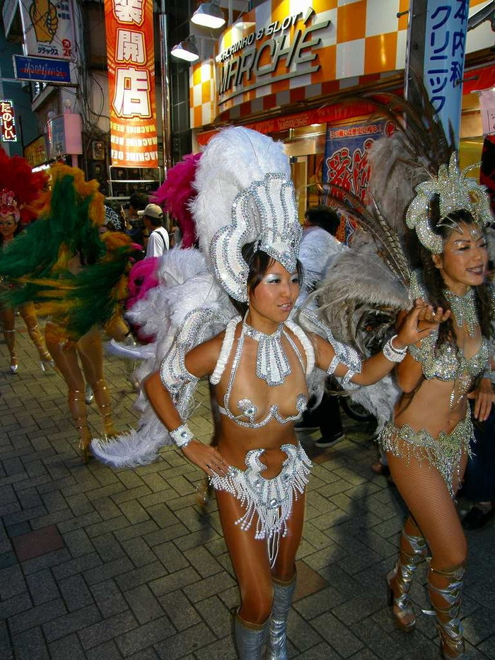 【サンバエロ画像】下着同然の姿で大衆の前で踊りまくる女の子たち! 13