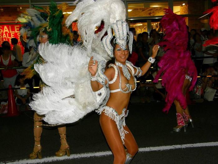 【サンバエロ画像】下着同然の姿で大衆の前で踊りまくる女の子たち! 14
