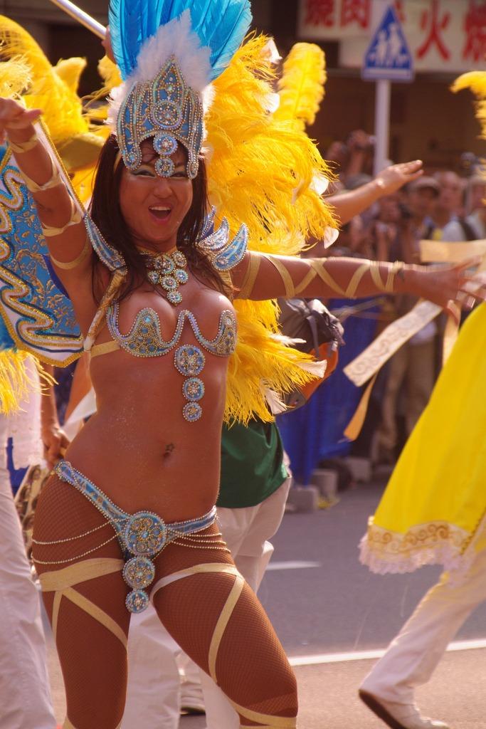 【サンバエロ画像】下着同然の姿で大衆の前で踊りまくる女の子たち! 15