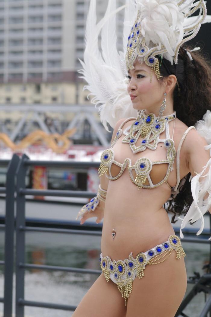 【サンバエロ画像】下着同然の姿で大衆の前で踊りまくる女の子たち! 16