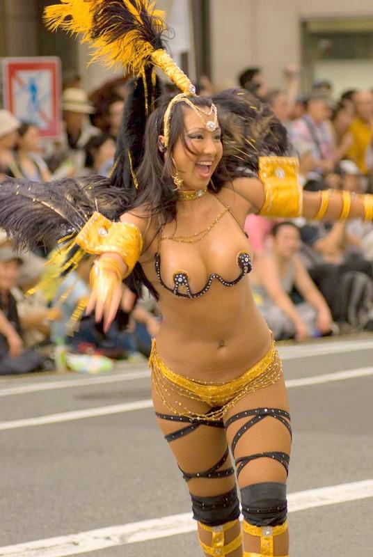 【サンバエロ画像】下着同然の姿で大衆の前で踊りまくる女の子たち! 17