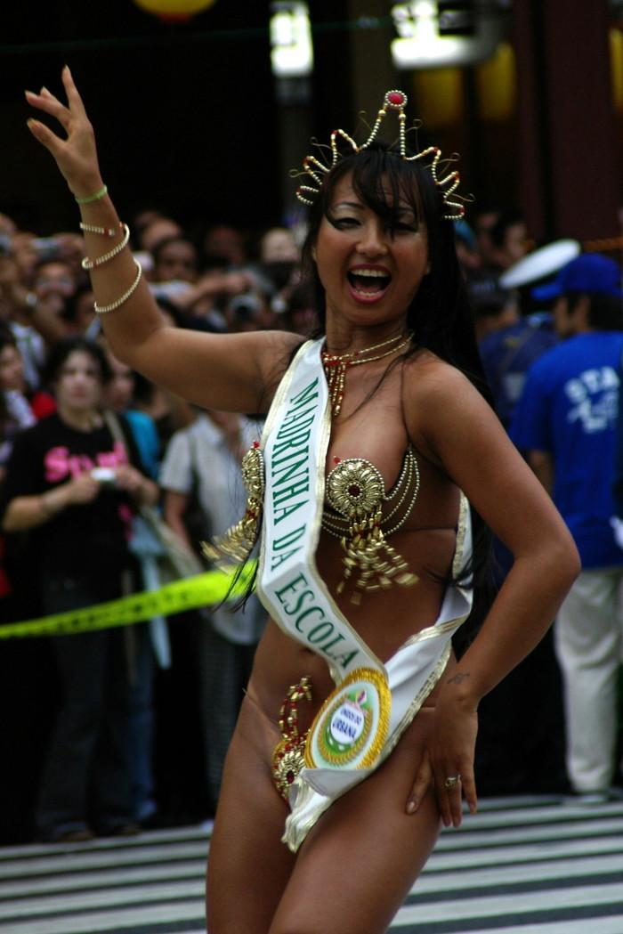【サンバエロ画像】下着同然の姿で大衆の前で踊りまくる女の子たち! 18