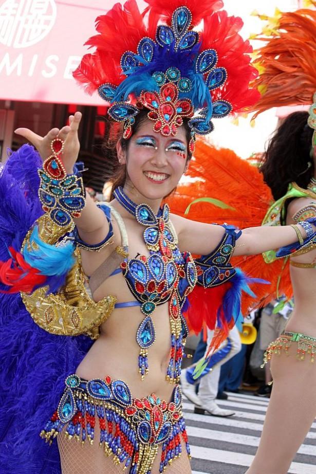 【サンバエロ画像】下着同然の姿で大衆の前で踊りまくる女の子たち! 19