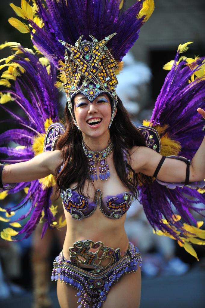 【サンバエロ画像】下着同然の姿で大衆の前で踊りまくる女の子たち! 20