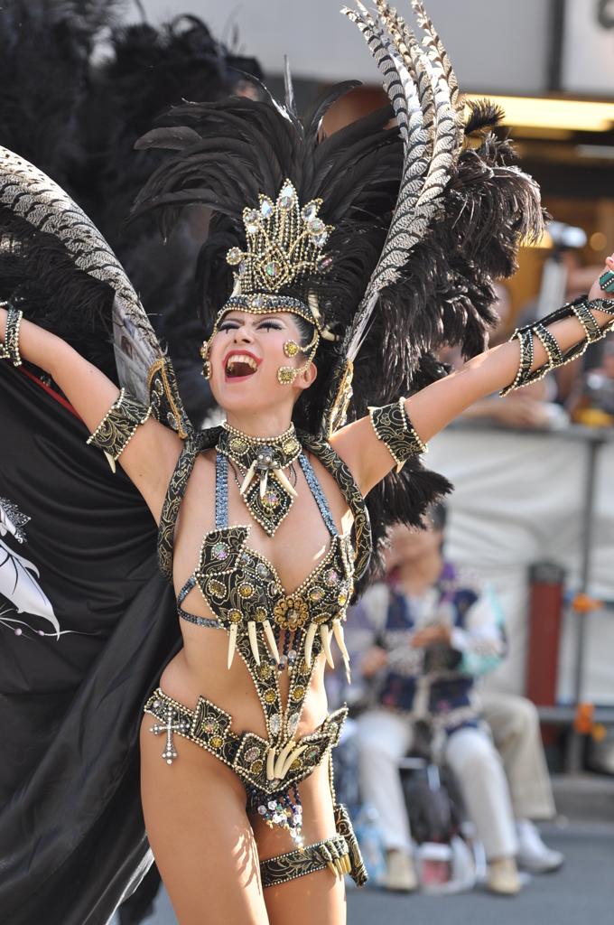 【サンバエロ画像】下着同然の姿で大衆の前で踊りまくる女の子たち! 21