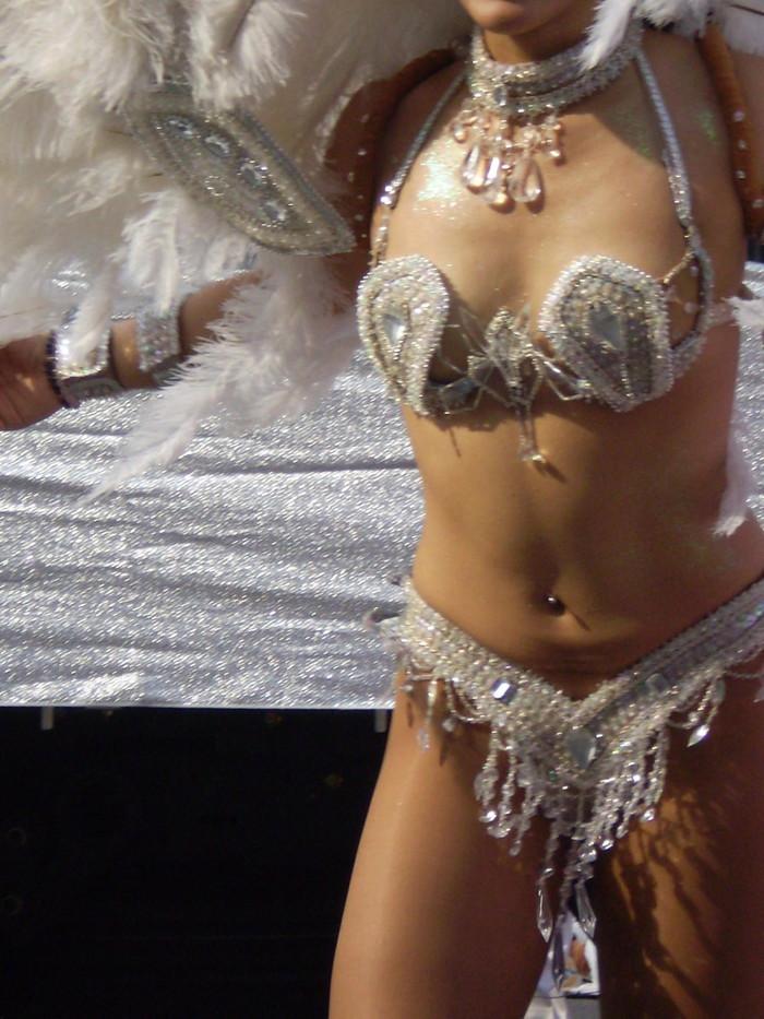 【サンバエロ画像】下着同然の姿で大衆の前で踊りまくる女の子たち! 22