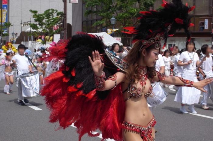 【サンバエロ画像】下着同然の姿で大衆の前で踊りまくる女の子たち! 24