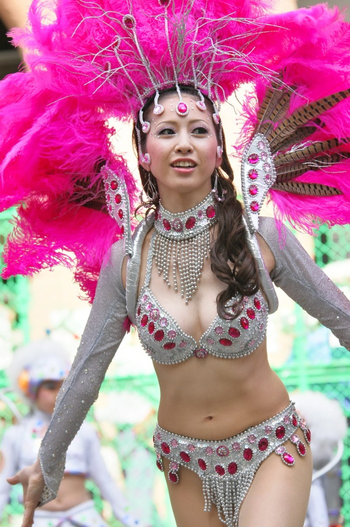 【サンバエロ画像】下着同然の姿で大衆の前で踊りまくる女の子たち! 25