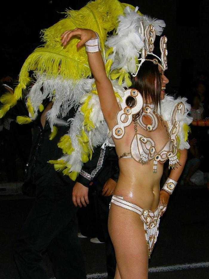 【サンバエロ画像】下着同然の姿で大衆の前で踊りまくる女の子たち! 26