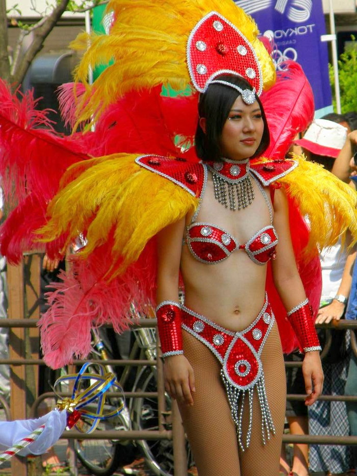 【サンバエロ画像】下着同然の姿で大衆の前で踊りまくる女の子たち! 27