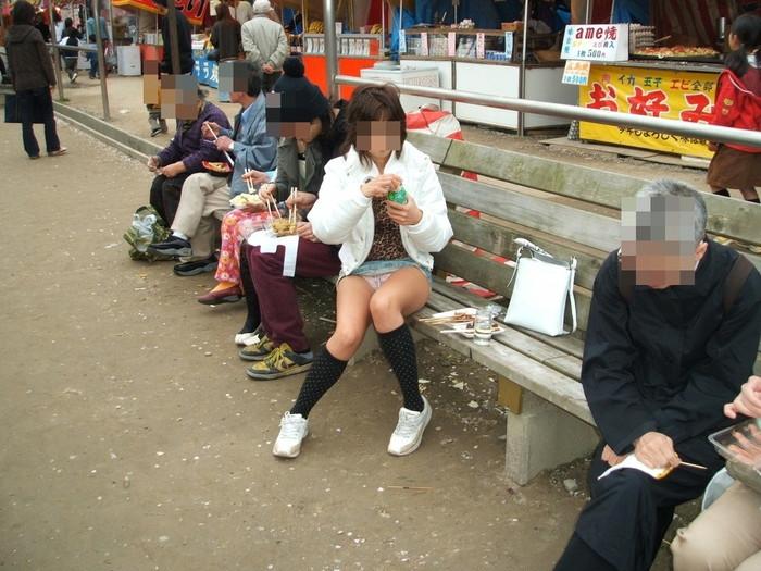 【パンチラエロ画像】街中で見つけた偶発的なパンチラにフル勃起!www