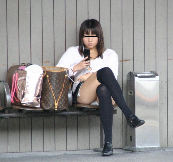 【パンチラエロ画像】街中で見つけた偶発的なパンチラにフル勃起!www 20